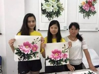 Overseas Chinese youngsters explore the beauty of Chinese Peony PantingsOverseas_fororder_d2c3ec8d49484dd09a88a1c20574c813