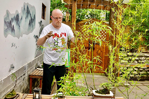 Chad, a Canadian in Chengdu, wanting his bonsai be a part of this city_fororder_22