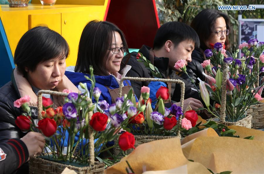 Citizens learn to arrange flowers at community center for gardening in Beijing