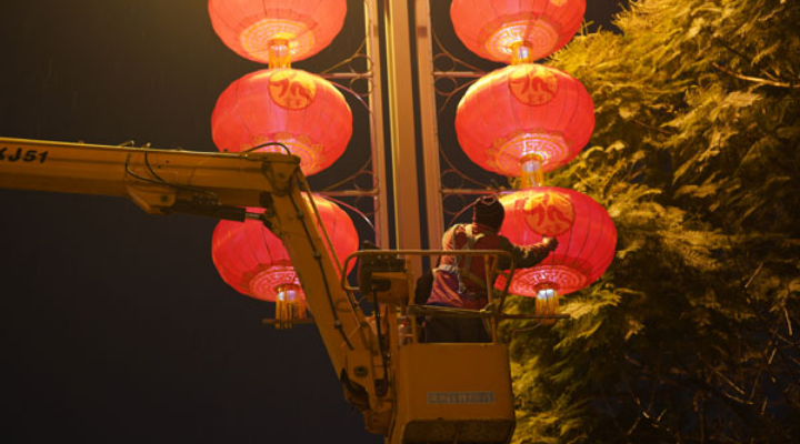 Hanging Lanterns on the Streets of Chengdu to Welcome the Chinese New Year