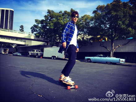 Zhang Liang play skateboard comes with music: on the smooth ground friction