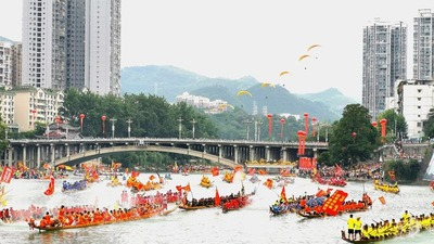 The Dragon Boat Cruise launched in Guizhou Bijiang to welcome the Dragon Boat Festival