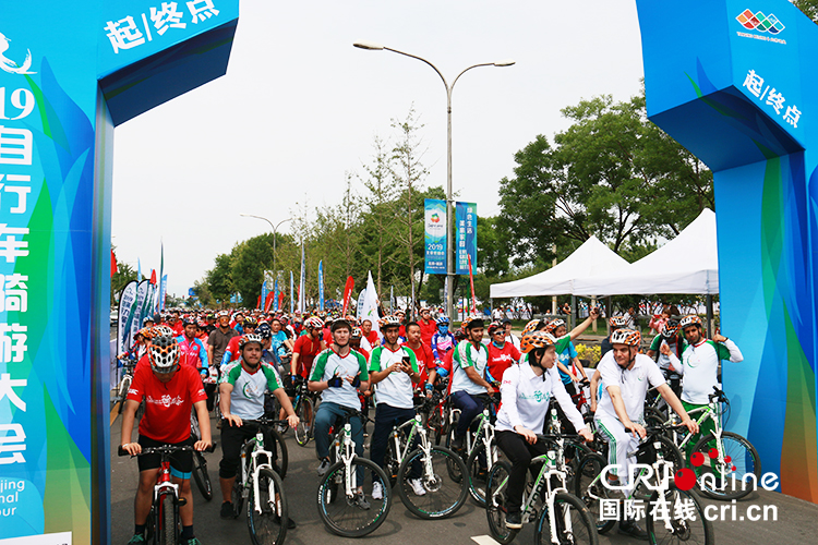 The 9th Beijing International Cycling Tour Festival kicked off in Yanqing_fororder_選手們在起點區整裝待發