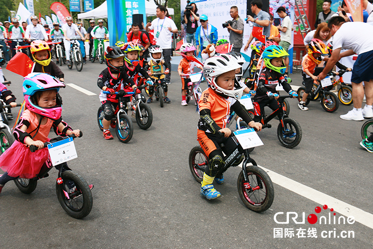 The 9th Beijing International Cycling Tour Festival kicked off in Yanqing_fororder_兒童滑步車小隊準備出發