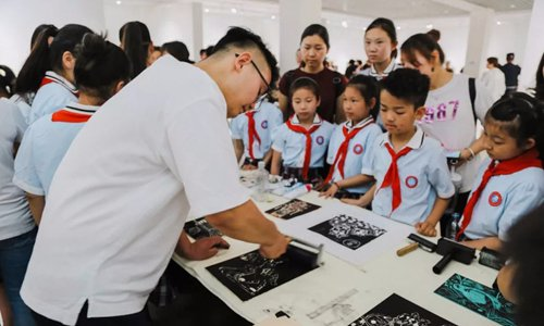 Printmaking exhibition by elementary students kicks off at Luoyang Art Gallery