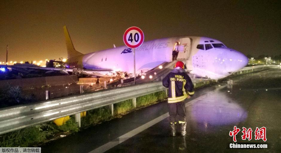 A cargo plane landed in Italy lost control rushed to the road