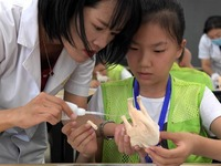 Children experience archaeological work, learn about Luoyang's history during summer camp_fororder_CqgNOl159imAfpfmAAAAAAAAAAA250.900x587