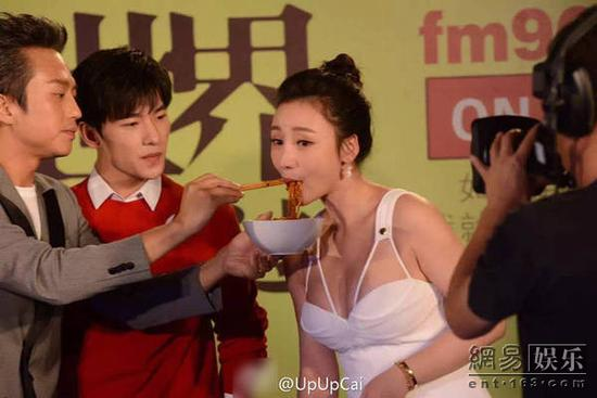 Deng chao hello Ada to eat noodles Yang Yang, a side of the eyes too (pictured) is a