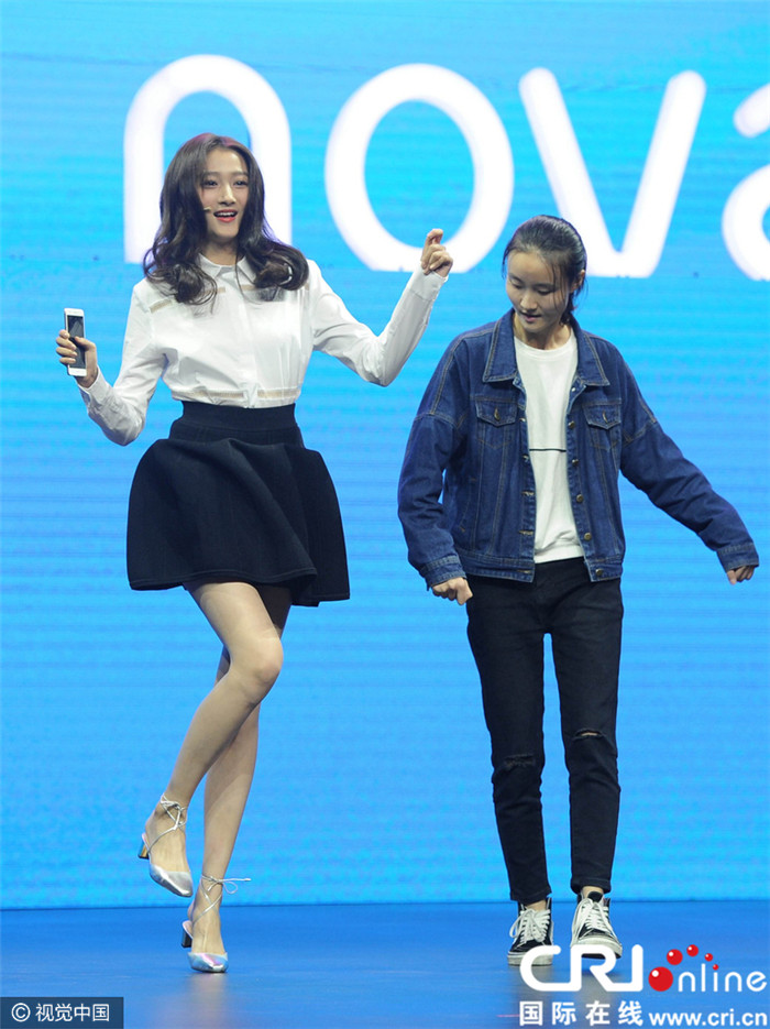 Xiaotong guan xiu super long legs Domestic first appearance after lay fainted