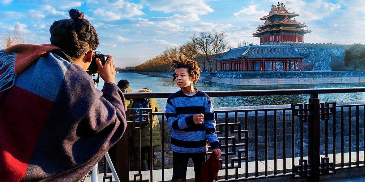 Posing for a photo with the watchtower of the Palace Museum Wins the 2nd Prize of the 2017 I Heart Beijing World Photography Contest_fororder_CqgNOlrkOXiAeW4yAAAAAAAAAAA914.1200x600.1180x590