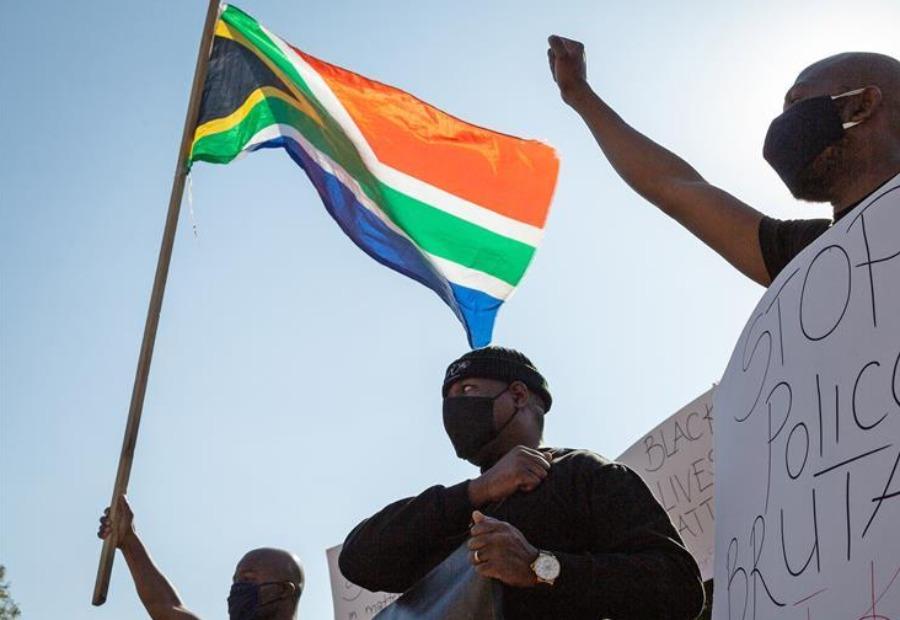 南非民众抗议美国警察暴力执法_fororder_wKgACl7ascGAX3MuAAAAAAAAAAA381.900x600