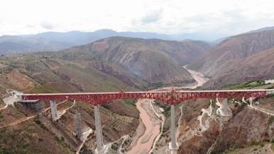中老铁路重点工程元江双线特大桥合龙 中国中铁承建