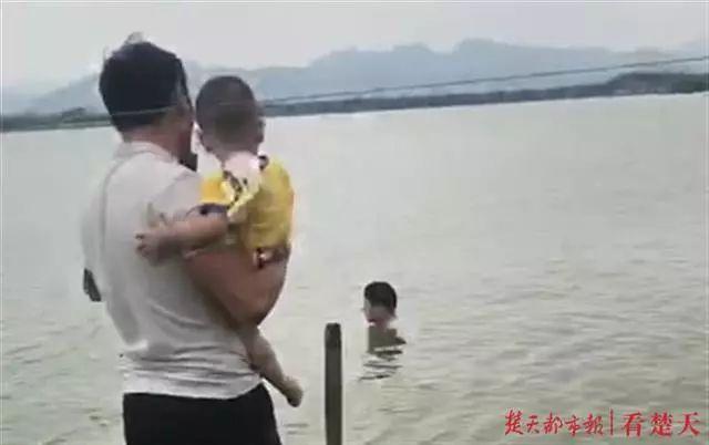 """""""硬核奶爸""""抱娃跳水救轻生者孩子非但没哭还"""
