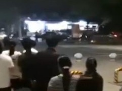 轿车冲向人行道 危急之时交警为救市民牺牲